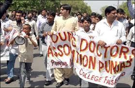 لاہور : ینگ ڈاکٹرز مطالبات کے حق میں پھر سڑکوں پر آ گئے