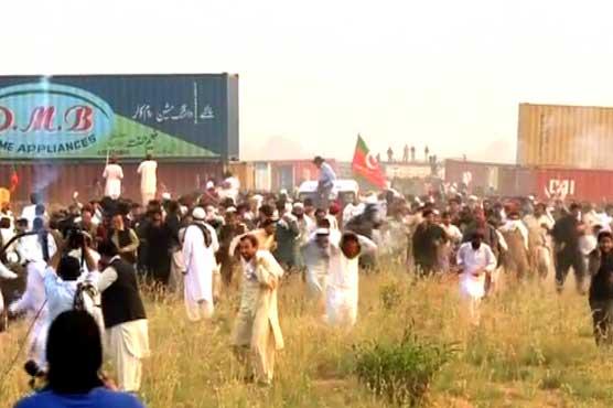 صوابی انٹرچینج پر پی ٹی آئی کے کارکنوں نے کنٹینرز ہٹادیئے